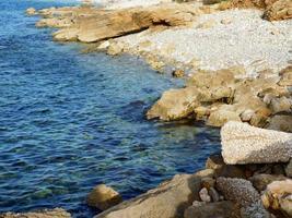 Felsen in der Nähe des Wassers foto