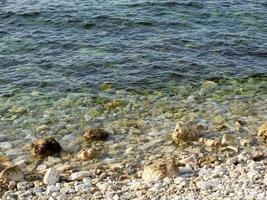 Kieselsteine und Wasser foto