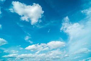 idyllischer blauer Himmel