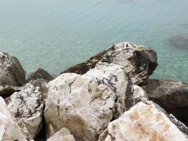 Nahaufnahme von Felsen auf See foto