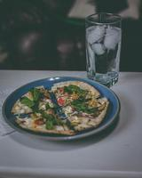 Pizza auf einem blauen Teller