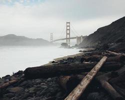 goldene Torbrücke mit Nebel