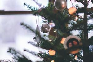 graue Weihnachtskugeln