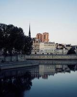 notre-dame, frankreich, 2020 - ruhiges Gewässer in der Nähe der Stadt