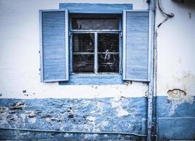 blaue Schauer an einem Fenster
