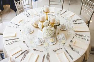 Draufsicht auf einen dekorierten Tisch