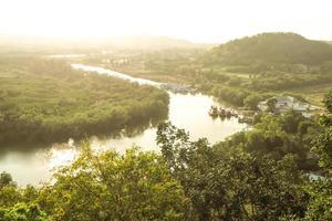 Fluss mit Sonnenlicht