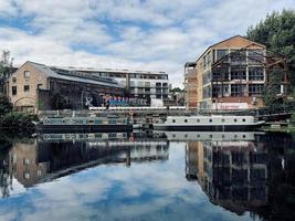 London, England, 2020 - Gebäude in der Nähe einer Uferpromenade