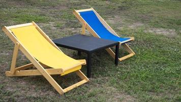 zwei Stühle und ein Tablw