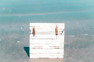 Holzbrett im Wasser foto