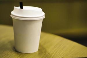 leere Kaffeetasse zum Mitnehmen Papier unterschiedlicher Größe isoliert auf weißem Hintergrund einschließlich Beschneidungspfad. realistische leere Pappbecher. Kaffee zum Mitnehmen, Becher herausnehmen. bereit für Ihr Design. foto