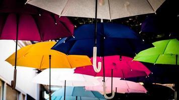 Straße mit farbigen Regenschirmen geschmückt. Viele Regenschirme färben den Himmel in der Stadt