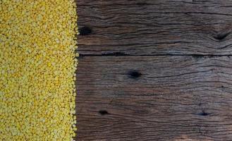 Sojabohnen auf Holztisch foto