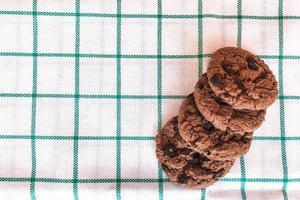 Schokoladenplätzchen in der Verpackung auf Stoffhintergrund.