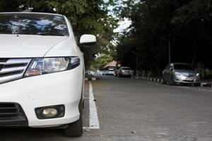 weißes Auto auf der Straße geparkt. foto