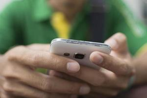 Das Handy hält Nahaufnahme. foto
