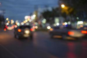 Unscharfes Lichtauto auf der Straße in der Nacht, enthalten Bokeh-Hintergrund. foto