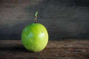 grüne Frucht auf einem Holzhintergrund foto