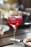 roter Saft trinken