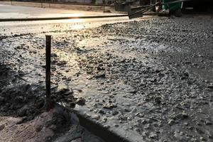 Arbeiter gießen Stahlbetonböden auf Siterr