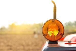 Blinker für Traktor auf Feldhintergrund. foto