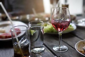 Glas Wein auf einem Tisch