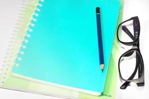 Bildungszubehör zum Schreiben auf isoliertem Hintergrund. foto