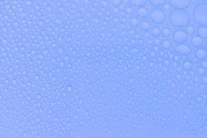 Wassertropfen auf blauem Grund