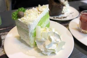 grüner Tee des weißen Schokokäses des Kokosnusskuchens