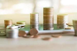 Münzen Stapel Münzen sparen Geld und Einkommen oder Anlageideen und Finanzmanagement für die Zukunft. foto