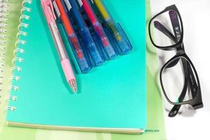 Brille und ein Notizbuch foto