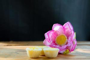künstliche Blume mit Cupcakes foto