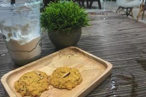Kekse auf einem Holzteller mit einem Eisgetränk foto