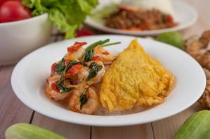 Reis mit Garnelen und Omelett belegt