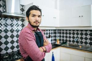 gutaussehender Mann, der Essen in der Küche zubereitet foto