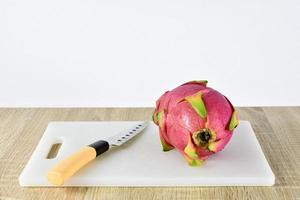 eine Drachenfrucht auf Holzhintergrund