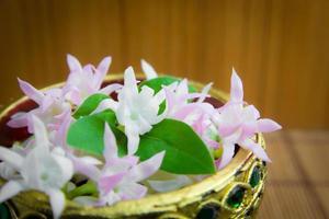 bunte künstliche Blumen in einem Tablett foto