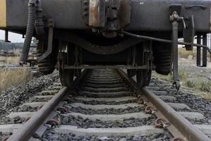 Nahaufnahme eines Zuges auf Bahngleisen