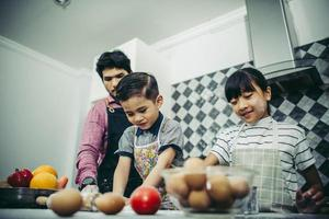 glückliche Familie, die zusammen in der Küche zu Hause kocht