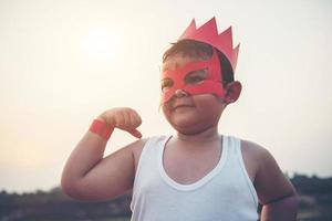 Super Boy zeigt seine mächtigen fliegenden Arme