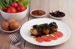 gekochte Eier mit Tamarindensauce gebraten