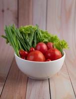 Schüssel Tomaten und Frühlingszwiebeln foto