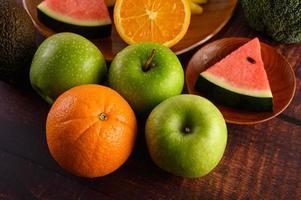 bunte Wassermelone, Ananas, Orangen mit Avocado und Äpfeln
