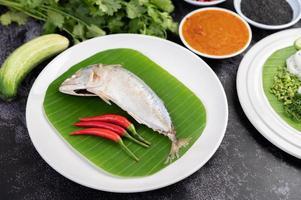 Makrelenfisch mit Reisnudeln und Gemüse foto