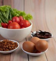gebratene Zwiebeln, Paprika, Eier, Tomaten, Salat und Frühlingszwiebeln foto