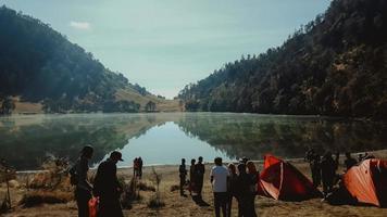 Menschen Camping in der Nähe von Ranu Kumbolo See