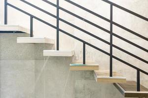 Holz und elegante Stufen im modernen Stockwerk foto