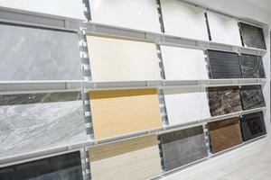 bunte Proben einer Steinfliese im Laden. Marmor- und Granitböden sind die beliebteste Wahl für moderne Küchen und Bäder.