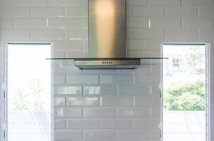 Nahaufnahme modern von Küchenhaube aus Edelstahl für Abgasstaub und Rauch, Küchenwandmontage Dunstabzugshaube mit Touch-Steuerung. Hauben kochen. Küchengeräte