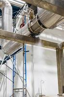 Austreten von Dampf in der Wärmeleitung. Dampf tritt mit Ventil aus dem rostigen Rohr aus foto